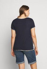 Vince Camuto Plus - SCOOP TEE - T-shirts print - dark blue - 2