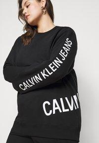 Calvin Klein Jeans Plus - PLUS STRETCH INNOVATION - Hoodie - black - 3
