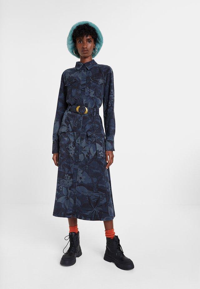 VEST MONTSE - Denimové šaty - blue