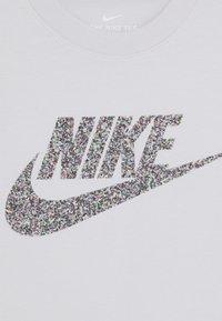 Nike Sportswear - TEE MAX - T-shirt print - vast grey - 2