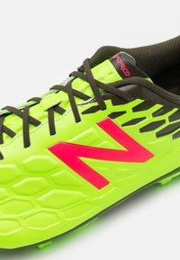 New Balance - MSVMIA  - Voetbalschoenen met kunststof noppen - energy lime/military - 5