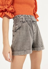 Bershka - MIT GÜRTEL  - Shorts di jeans - light grey - 4