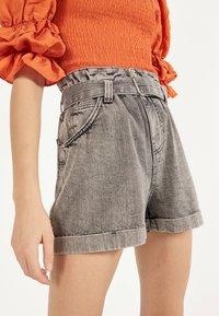 Bershka - MIT GÜRTEL  - Jeans Short / cowboy shorts - light grey - 4