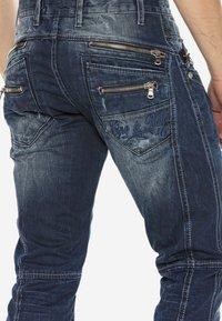 Cipo & Baxx - MIT ZIERNÄHTEN UND REISSVERSCHLÜSSEN - Straight leg jeans - donkerblauw - 5