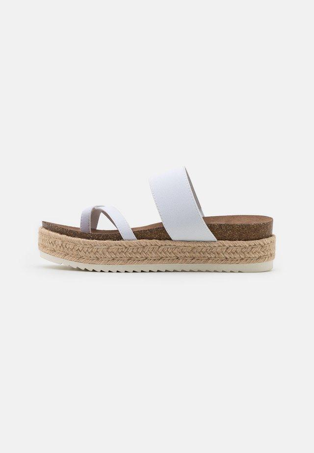 CASE - Sandály s odděleným palcem - white
