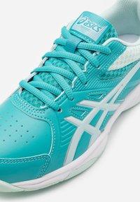 ASICS - COURT SLIDE - Tenisové boty na všechny povrchy - techno cyan/bio mint - 5