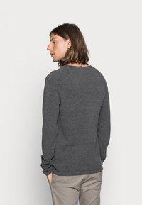 Jack & Jones - JJEHILL CREW NECK - Stickad tröja - dark grey melange - 2
