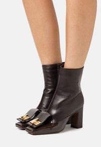 L'Autre Chose - BOOT ZIP - Ankelboots med høye hæler - dark brown - 0