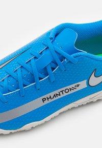 Nike Performance - JR PHANTOM GT CLUB TF UNISEX - Astro turf trainers - photo blue/metallic silver/rage green - 5