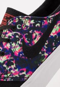 Nike SB - ZOOM JANOSKI UNISEX - Trainers - black/laser crimson - 6