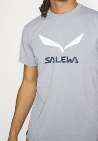 Salewa - SOLID LOGO DRY - T-shirt med print - heather grey melange - 5