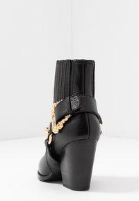 Versace Jeans Couture - Stivaletti con tacco - nero - 5