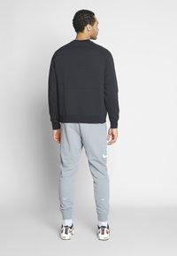 Nike Sportswear - M NSW PANT FT - Verryttelyhousut - particle grey - 2