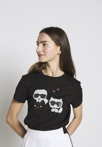 KARL LAGERFELD - PIXEL CHOUPETTE - T-shirt con stampa - black - 3