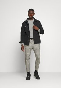 Only & Sons - ONSLINUS CROPPED CHECK PANT - Kalhoty - black - 1