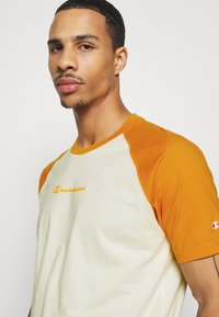 Champion - LEGACY CREWNECK  - T-shirt con stampa - off-white/yellow - 5