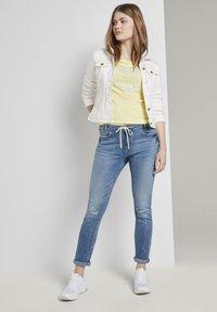 TOM TAILOR DENIM - JEANSHOSEN LYNN ANTIFIT JEANS MIT TUNNELZUG AM BUND - Slim fit jeans - light stone blue denim - 1