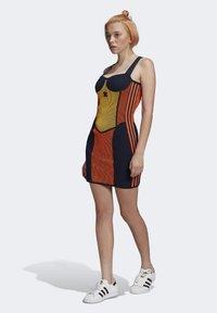 adidas Originals - PAOLINA RUSSO COLLAB SPORTS INSPIRED SLIM DRESS - Pouzdrové šaty - active gold/black/energy orange/collegiate navy - 1