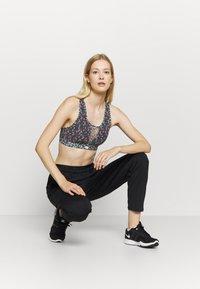 Nike Performance - BRA FEMME PACK - Sujetadores deportivos con sujeción media - black/pink/white - 1