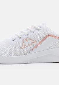 Kappa - DAROU - Scarpe da fitness - white/rosé - 5