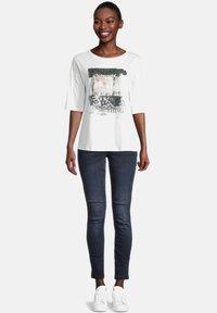Cartoon - MIT PAILLETTEN - Print T-shirt - cream/silver - 1