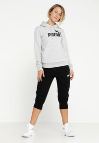 Puma - ESS LOGO HOODY  - Jersey con capucha - light gray heather - 1