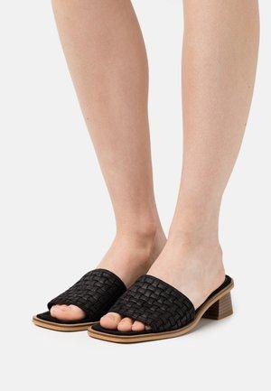 VMFEM - Pantofle na podpatku - black