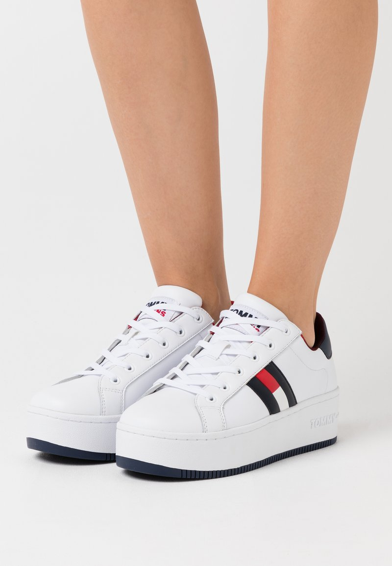 Tommy Jeans - ICONIC FLAG FLATFORM  - Joggesko - red/white/blue