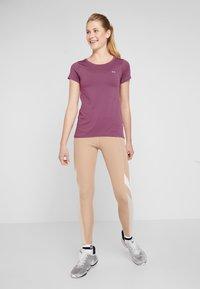 Under Armour - T-Shirt basic - level purple/metallic silver - 1
