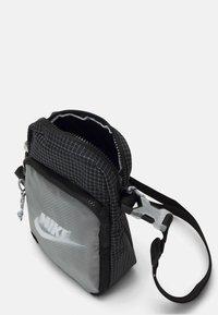 Nike Sportswear - HERITAGE UNISEX - Skulderveske - black/white - 2