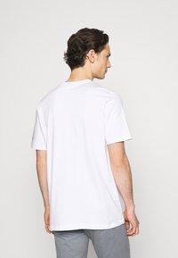 adidas Originals - TEE - Camiseta estampada - white - 2