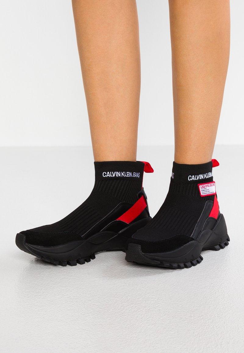 Calvin Klein Jeans - TYSHA - Sneakersy wysokie - black/tomato