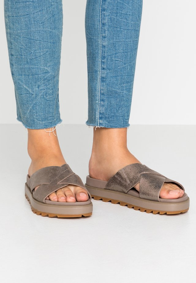 ROAMING CRISS CROSS SLIDE - Ciabattine - ash brown