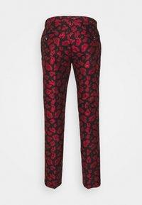 Twisted Tailor - FOSSA SUIT SET - Puku - black red - 13