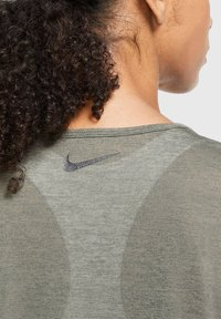 Nike Performance - ICON CLASH - Print T-shirt - olive - 4