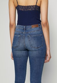 Vero Moda Tall - VMTANYA PIPING - Jeans Skinny Fit - medium blue denim - 5