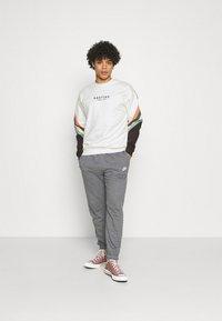 Kaotiko - CREW WALKER UNISEX - Sweatshirt - white - 1