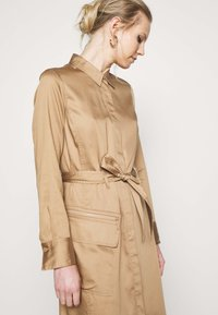 Marc O'Polo PURE - DRESS LONG SLEEVES UTILITY DETAILS CARGO POCKET - Skjortekjole - mellow almond - 4