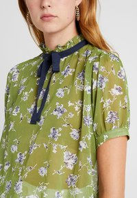 Sister Jane - BUDDING PLEATED BLOUSE SHORT SLEEVE EXCLUSIVE - Camicetta - green - 3