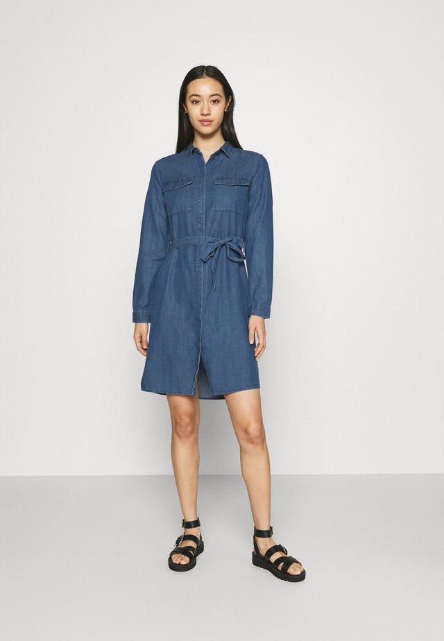 PCNISSA MIX DRESS CAMP - Skjortklänning - dark blue denim