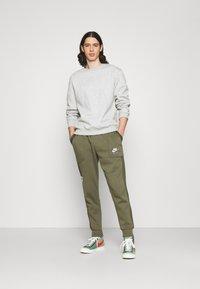 Nike Sportswear - AIR - Pantalon de survêtement - medium olive/cargo khaki/white - 1