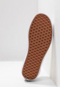 Vans - OLD SKOOL - Sneakersy niskie - beech/true white - 4