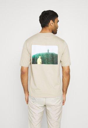 STOWAWAY TEE - Print T-shirt - celsian beige