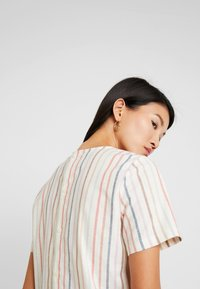 Madewell - TIE FRONT BUTTON BACK TEE IN RAINBOW NEPS STRIPE - T-shirts med print - pearl ivory - 3