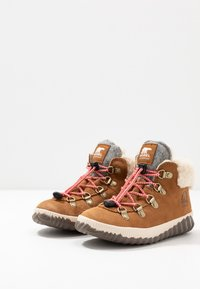Sorel - YOUTH OUT N ABOUT CONQUEST UNISEX - Lace-up ankle boots - camel brown/quarry - 3