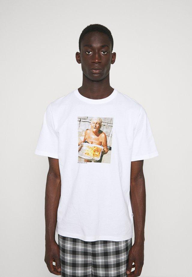 SAMI BRETT LLOYD NONNA - Print T-shirt - white