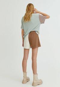 PULL&BEAR - MIT COLOUR-BLOCK - Shorts - white - 2