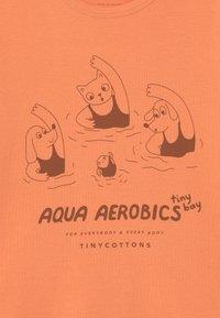 TINYCOTTONS - AQUA AEROBICS UNISEX - Print T-shirt - coral - 2
