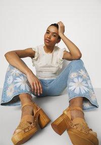 Fabienne Chapot - EVA EXTRA FLARE EMBRO  - Flared Jeans - light denim - 3