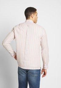 Ben Sherman - CANDY STRIPE SHIRT - Skjorte - peach - 2
